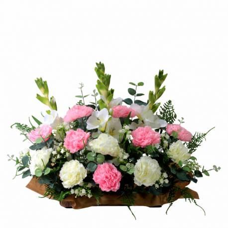 Jardinera cementerio flores artificiales claveles