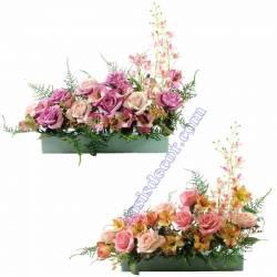 Jardinera flors artificials cementeri amb roses i orquidies